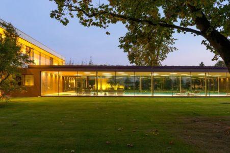 façade piscine couverte de nuit - Villa M par Oliver Grigic - Cepin, Croatie