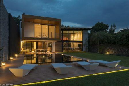 façade piscine de nuit - ALD House par Space Mexico - Cuernavaca, Mexique