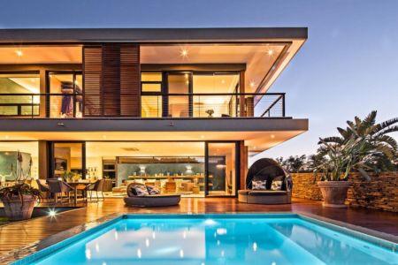 façade piscine de nuit - Aloe Ridge House par Metropole Architects - Kwa Zulu Natal, Afrique du Sud