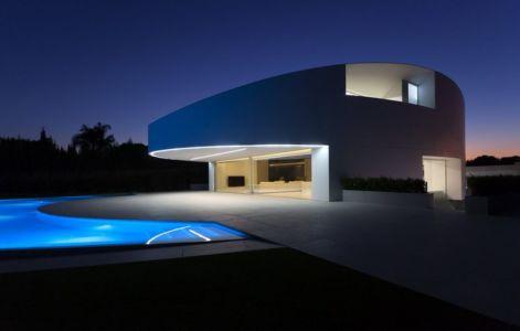 façade piscine de nuit - Casa Balint par Fran Silvestre Arquitectos - Valence, Espagne