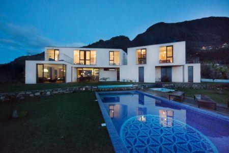 façade piscine de nuit - Casa do Miradouro par Dirck Mayer - Ponta Delgada, Madère, Portugal