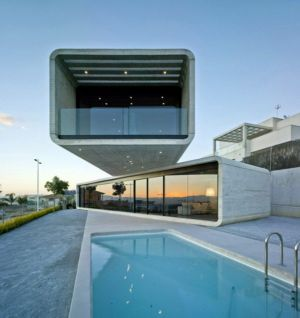 façade-piscine-de-nuit-Crossed-House-par-Clavel-Arquitectos-La-Alcayna-Espagne | + d'infos