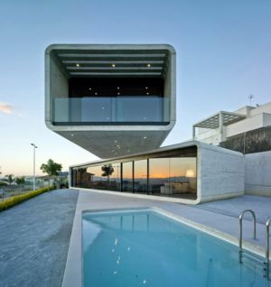 façade piscine de nuit - Crossed House par Clavel Arquitectos - La Alcayna, Espagne