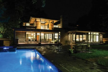 façade piscine de nuit - David's house par David Small Design à Toronto, Canada