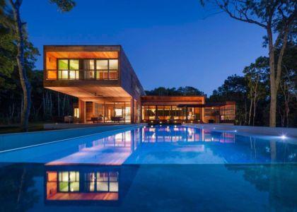 façade piscine de nuit - Hamptons Home In The Woods par Rangr Studio - Southampton, New York, Usa