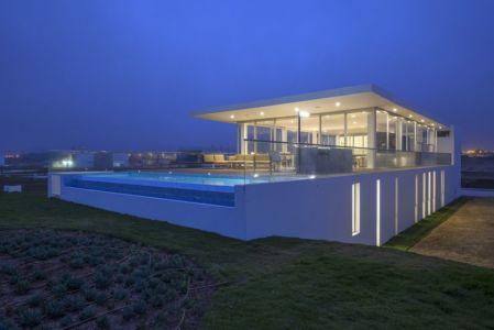 façade piscine de nuit - La Jolla Beach House II par Juan Carlos Doblado - Asia District, Pérou