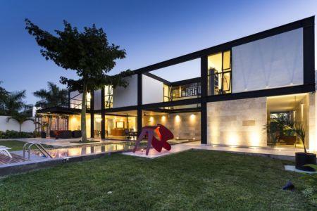 façade piscine de nuit - Montebello 321 par Jorge Bolio Arquitectura - Merida, Mexique