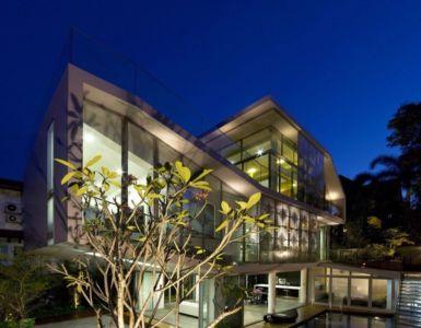 façade piscine de nuit - OOI House par Czarl Architects - Singapour