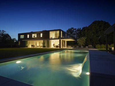 façade piscine de nuit - Orchard House par Stelle Lomont Rouhani Architects - Sagaponack, Usa