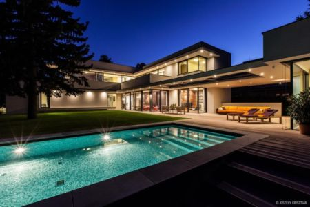 façade piscine de nuit - Reviving Mies par Architéma - Buda Hills, Hongrie