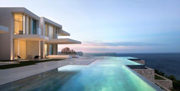 façade piscine de nuit - Sardinera House par Ramon Esteve Estudio - Valencian Community, Espagne