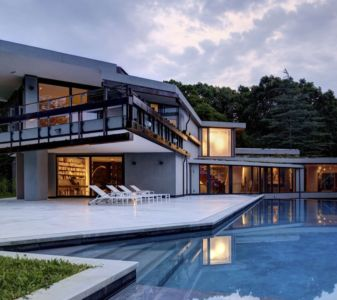 façade piscine de nuit - Sayres House and Hanging Gardens par Maziar Behrooz Architecture - East Hampton, Usa