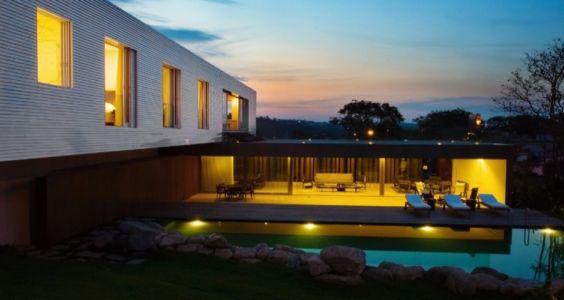 façade piscine et plounge de nuit - Piracicaba House par Isay Weinfeld - Piracicaba, Brésil