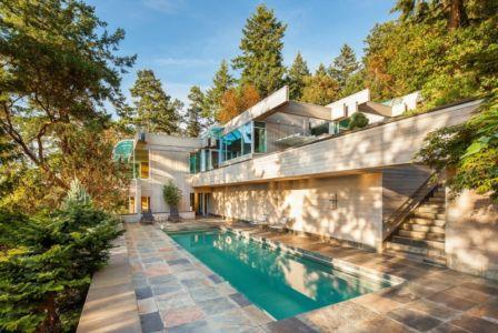 façade piscine - villa contemporaine en bois par Daniel Evan White - Saanich, Canada