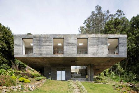façade porte à faux - Guna house par Pezo von Ellrichshausen - Llacolén, Chili