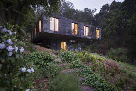 façade porte à faux de nuit - Guna house par Pezo von Ellrichshausen - Llacolén, Chili