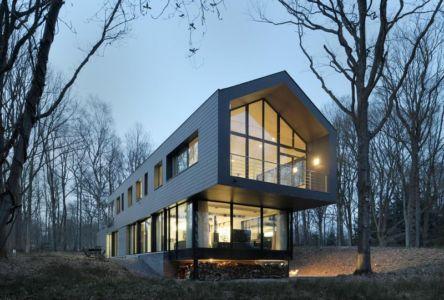 façade porte à faux de nuit - Sous-bois par Luc Spits Architecture - Liege, Belgique
