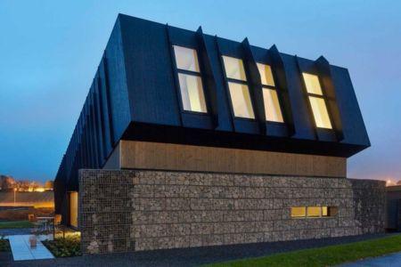 façade porte à faux de nuit - ZEB Pilot House par Snøhetta - Larvik, Norvège