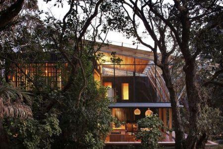 façade principale - Under Pohutukawa par Herbst Architects - Piha, Nouvelle-Zélande