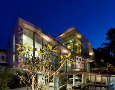 façade principale avec de grandes baies vitrées illuminées - Home-Walls par Mink Architects - Singapour