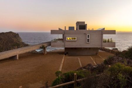 façade principale coucher soleil - Mirador House par Gubbins Arquitectos - Tunquen, Chili