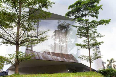 façade principale & grande baie vitrée - Breathing House par Atelier Riri - Kota Tangerang Selatan, Indonésie