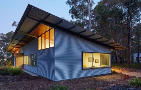 façade principale illuminée - Bush-House par Archterra Architects - Margaret River, Australie