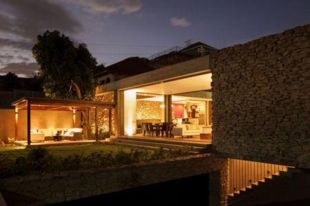 façade principale illuminée - Garden-House par Cincopatasalgato - El Salvador