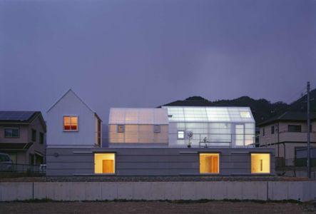 façade principale illuminée - House-Yamasaki par Tato Architects-You Shimada - Hyogo,Japon