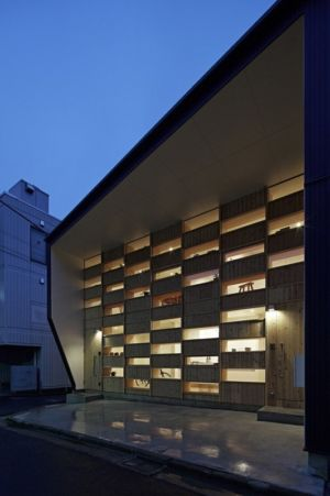 façade principale illuminée - checkered-house par Takeshi Shikauchi - Tokyo, Japon