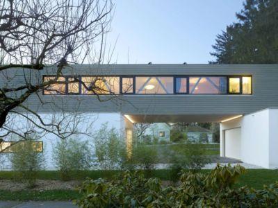 façade principale illuminée - during-tannay par Christian Von During Architects - Tannay, Suisse
