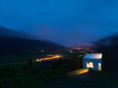 façade principale nuit - Mountain-View House par SoNo arhitekti - Kitzbuehel, Slovénie