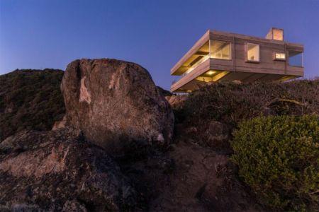 façade principale sur la falaise - Mirador House par Gubbins Arquitectos - Tunquen, Chili