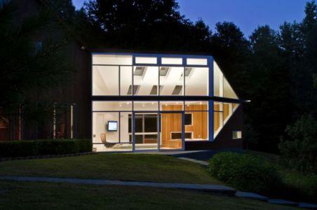 façade principale vitrée nuit - Lake Drive House par martin holub architects - Rhinebeck, USA