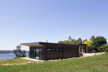 façade principale & vue sur fleuve - maison bois contemporaine par Finnis Architectes - Willow Grove, Australie