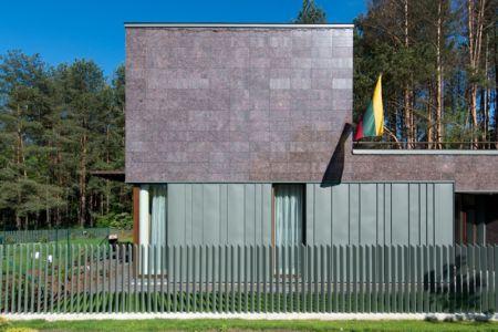 façade rue - Modern Family House par 4PLIUS Architects - Vilnius, Lituanie