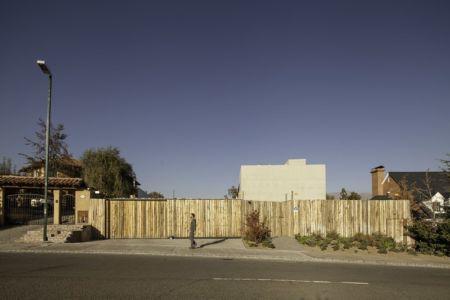 façade rue - SH House par 01arq - La Dehesa, Chili