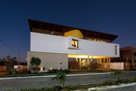 façade rue de nuit - Casa do Arquiteto par Jirau Arquitetura - Pernambuco, Brésil