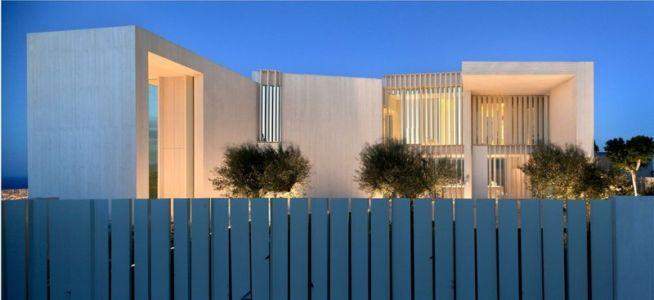 façade rue de nuit - Sardinera House par Ramon Esteve Estudio - Valencian Community, Espagne