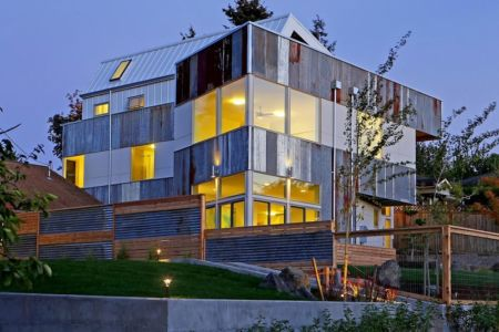 façade rue de nuit - Unique Reclaimed Modern par Dwell Development LLC - Seattle, Usa