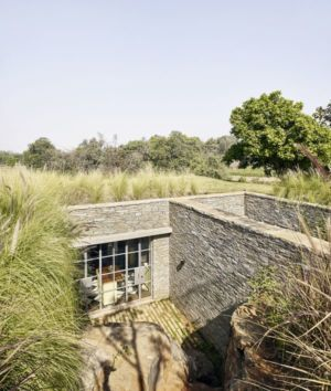façade semi-enterrée - Riparian-House - Architecture Brio - Karjat, Inde