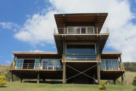 façade sur pilotis - Paraglider House par Cabana Arquitetos - São Bento do Sapucaí, Brésil