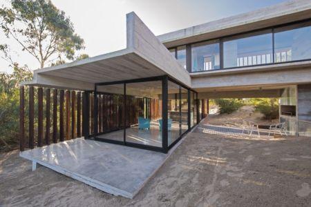 façade terrasse - MR House par Luciano Kruk Arquitectos - La Esmeralda, Argentine