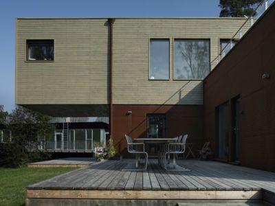 façade terrasse - PlayHouse par  Street Monkey Architects + Bjerking - Värmdö, Suède