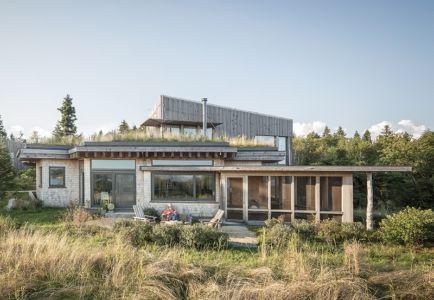 façade terrasse - Wooden home artist par Will Winkelman et Todd Richardson - Steuben, Maine, Usa - Photo Trent Bell
