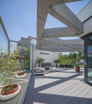 façade terrasse bois et plantes - Urban-Eco-House par Tecon Architects - Bucuresti Roumanie