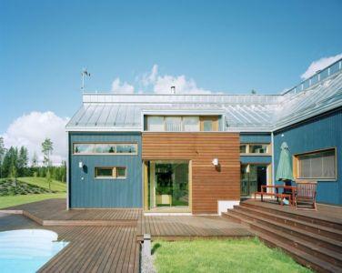 façade terrasse bois & piscine - House Ulve par Oopera - Seinäjoki, Finlande