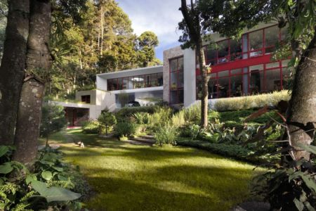 façade terrasse - chinkara house par Soliscolomer y asociados - guatemala