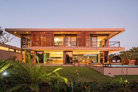 façade terrasse de nuit - Aloe Ridge House par Metropole Architects - Kwa Zulu Natal, Afrique du Sud