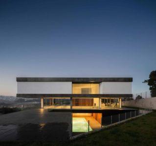 façade terrasse de nuit - BE House par Spaceworkers - Paredes, Espagne